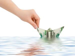 Hand mit Geld Boot